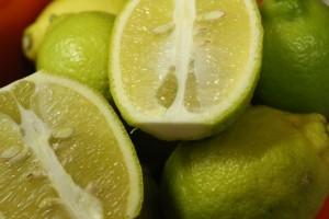 柔らかい酸味の中にほのかな甘みを感じ、 皮ごと味わえる無農薬レモンです♪